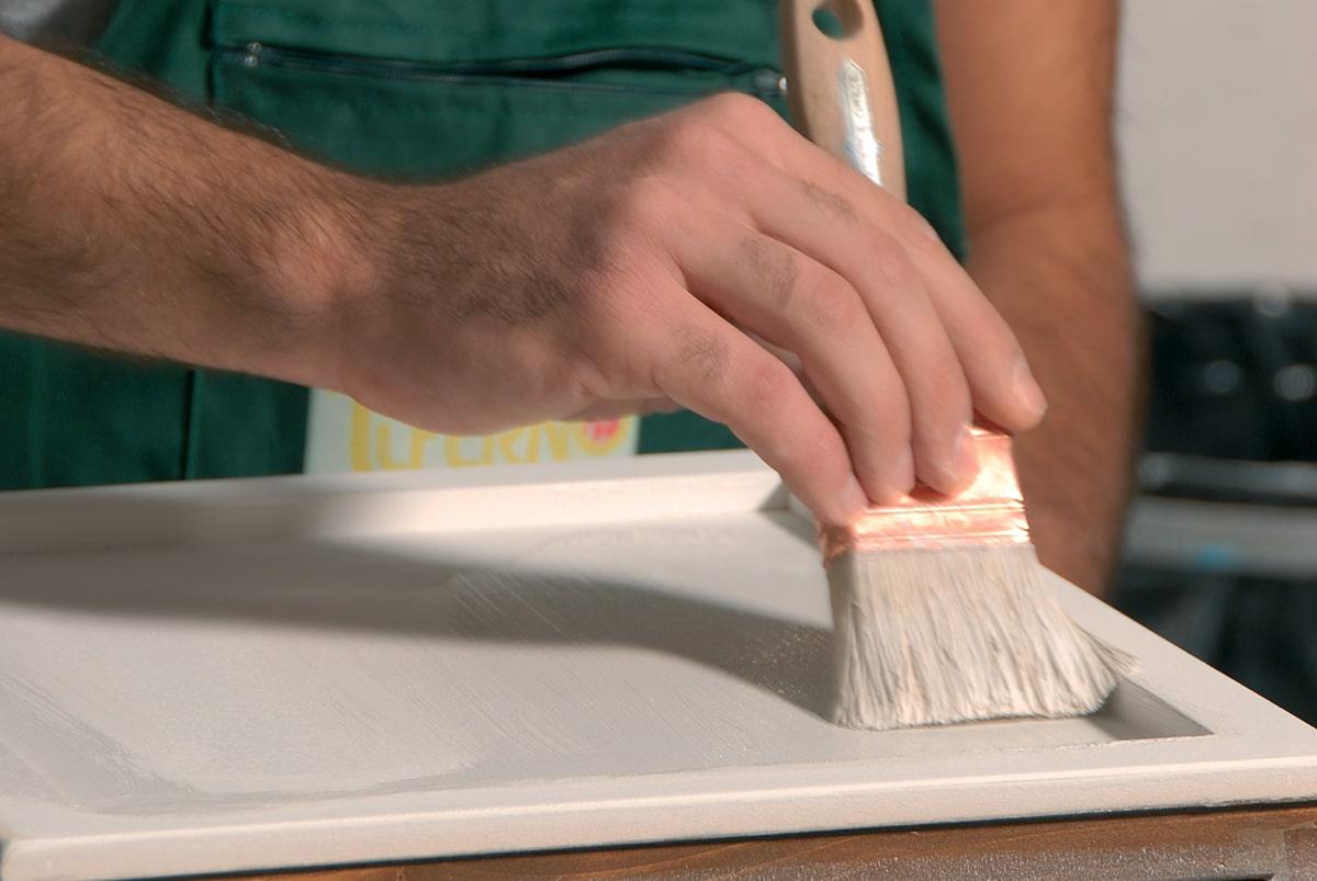 Tinteggiatura bianca porta in legno
