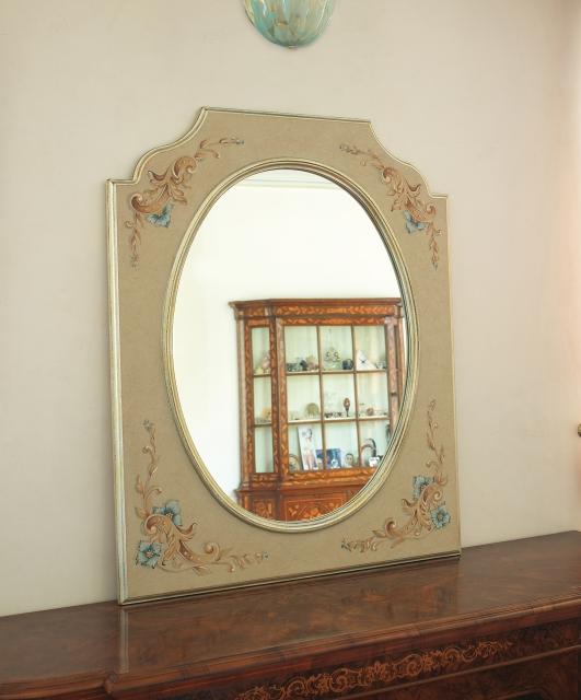 Specchiera sagomata con ovale